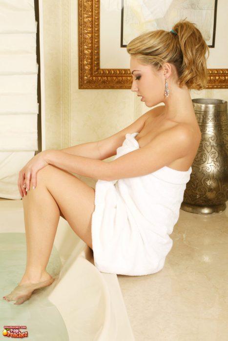 Sarah Peachez in Bathtub 5